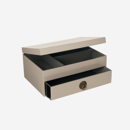 Lakkommode med bakke med låg warm grey-01